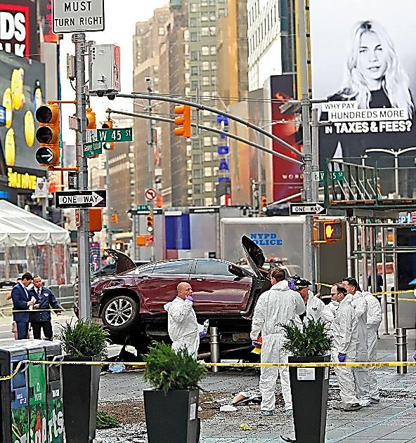 米ニューヨークのタイムズスクエアで18日、歩行者をはねた車の周辺を調べる警察関係者ら=AP