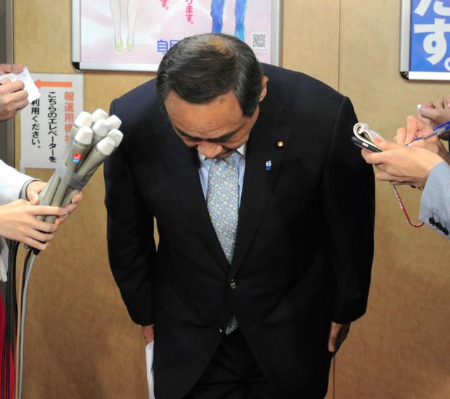 自民党厚生労働部会での発言について、頭を下げて謝罪する大西英男衆院議員=東京・永田町の自民党本部