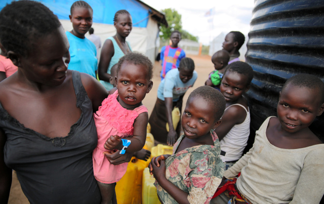 戦火を逃れて徒歩でウガンダへ逃れてきた南スーダン難民。約6割が18歳未満の子どもだ=12日、ウガンダ北部クルバ、三浦英之撮影