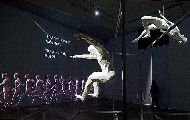 開催中の「アスリート展」でも、映像と立体造形を組み合わせた展示が見られる