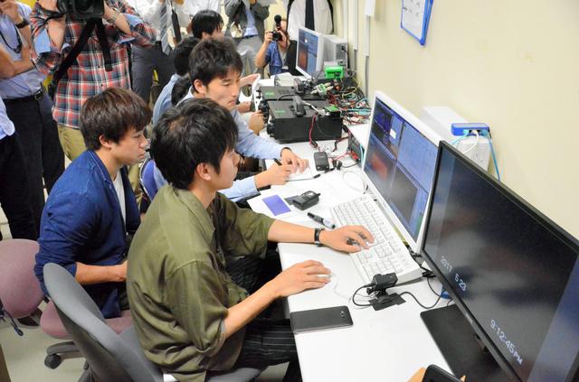 衛星にコマンド送信を試みるプロジェクトメンバーたち=浜松市中区城北3丁目の静岡大工学部