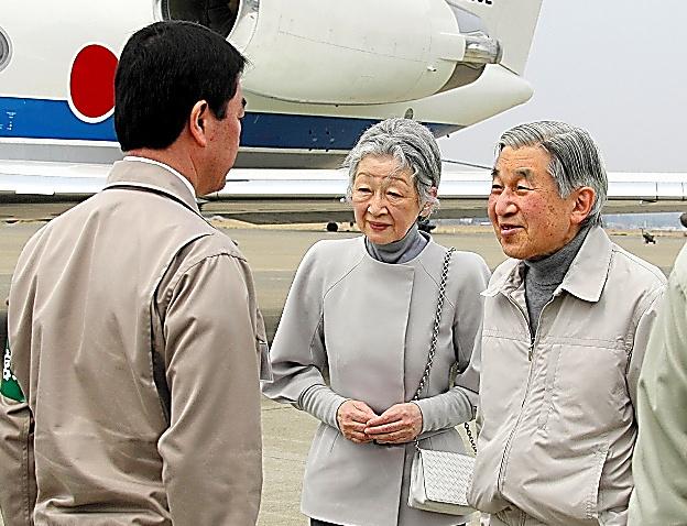 航空自衛隊松島基地に到着した天皇、皇后両陛下=宮城県東松島市、代表撮影