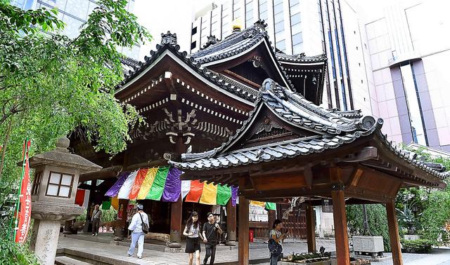 ビルに囲まれた場所に立つ六角堂=京都市中京区、小林一茂撮影