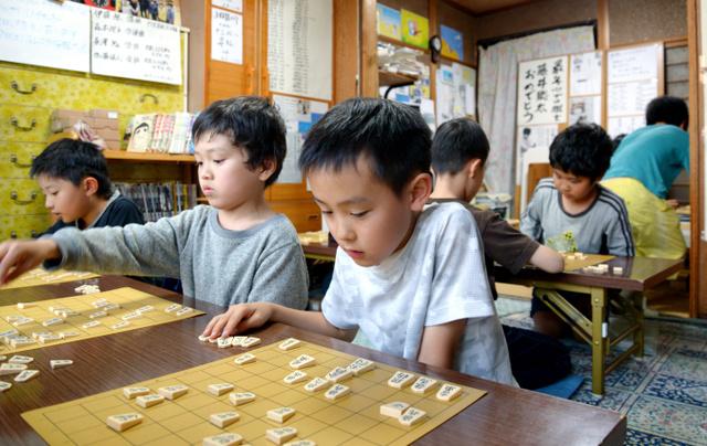 「ふみもと子供将棋教室」で将棋を指す子どもたち=愛知県瀬戸市