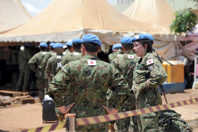 PKOの任務を終え、南スーダンから撤収するため空港に到着した自衛隊員たち=25日午前11時53分、ジュバ、杉本康弘撮影