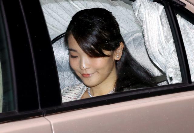 31日からのブータン公式訪問を前に、半蔵門から皇居に入る秋篠宮家の長女眞子さま=26日午前11時54分、長島一浩撮影