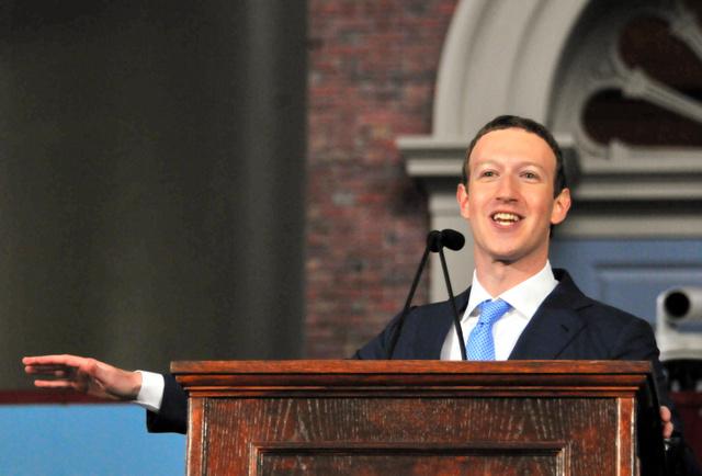 母校ハーバード大学の卒業式でスピーチする「フェイスブック」最高経営責任者のマーク・ザッカーバーグ氏=25日午後、マサチューセッツ州ケンブリッジ、金成隆一撮影