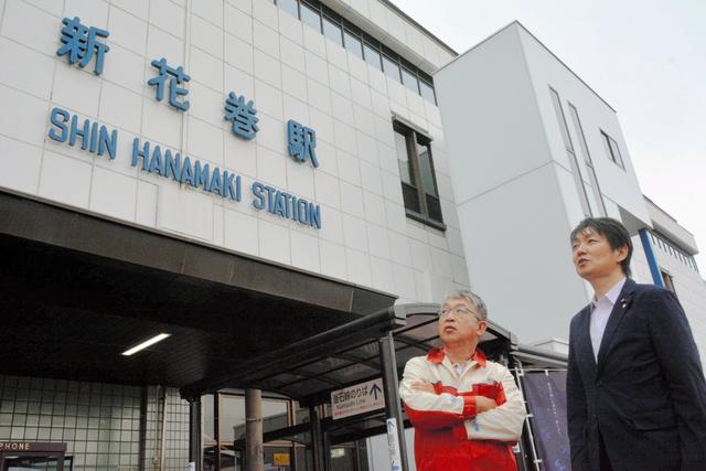 物語の舞台となった新花巻駅を見上げる小原良猛さん(左)と高橋修さん=花巻市矢沢