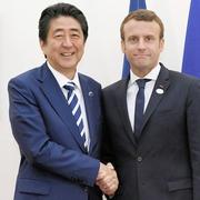 首相、マクロン仏大統領と初会談 自由貿易の重要性確認