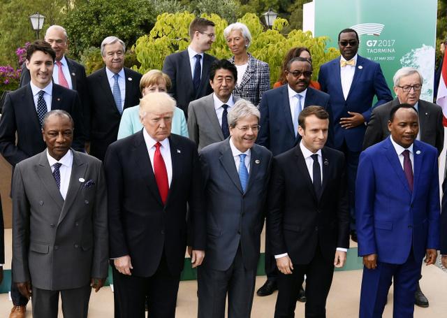 G7サミットの拡大会合を終え、記念撮影に臨む安倍晋三首相(2列目中央)、トランプ米大統領(前列左から2人目)ら各国首脳=27日、イタリア南部シチリア島タオルミナ、代表撮影