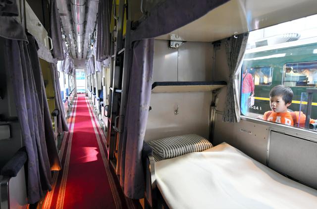 公開される寝台車内。座席を組み立てると2段ベッドになる=下京区