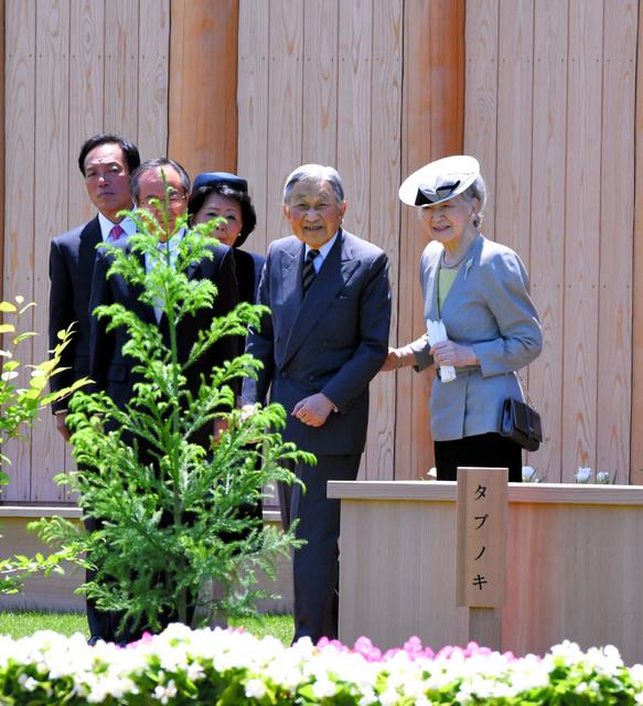 植樹祭の式典に出席した天皇、皇后両陛下=28日、富山県魚津市の魚津桃山運動公園、迫和義撮影