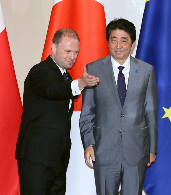 首脳会談に臨むマルタのムスカット首相(左)と安倍晋三首相=27日、バレッタ、岩下毅撮影