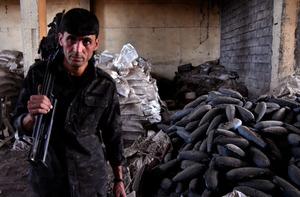治安部隊が発見したISの武器製造工場。隊員に案内された建物内には、鋳造された大量の迫撃砲弾(右手前)、山積みになった爆発物の原材料(後方)が残されていた=24日、イラク・モスル、仙波理撮影