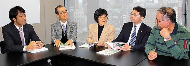 完成した本を手に、いじめ防止対策推進法の課題を語る弁護士たちと小野田正利・大阪大教授(右端)=大阪市北区