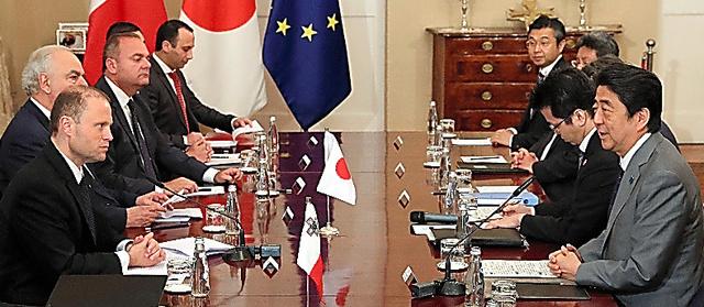 マルタのムスカット首相(左)との首脳会談に臨む安倍晋三首相(右)=27日、バレッタ、岩下毅撮影