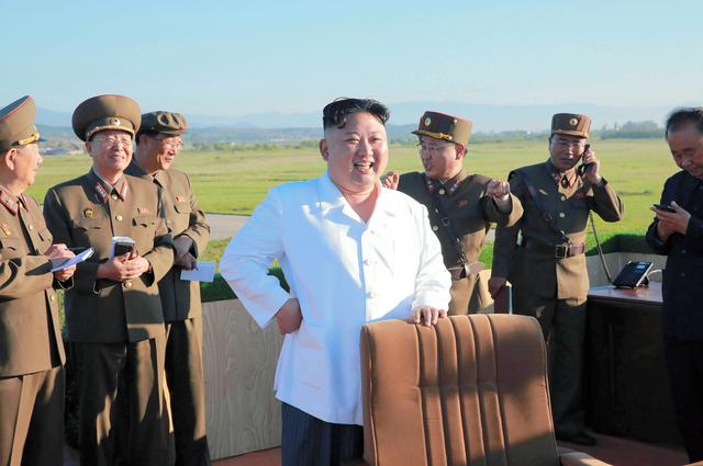 国防科学院による新型対空迎撃誘導兵器システムの試射を視察する金正恩・朝鮮労働党委員長。28日、朝鮮中央通信が配信した=AFP時事