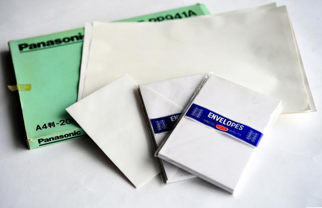 犯行声明文の作成に使われたものと同型の紙と封筒=兵庫県西宮市、水野義則撮影