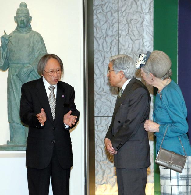 大伴家持像の前で中西進館長から説明を受ける天皇、皇后両陛下=富山市舟橋南町、代表撮影
