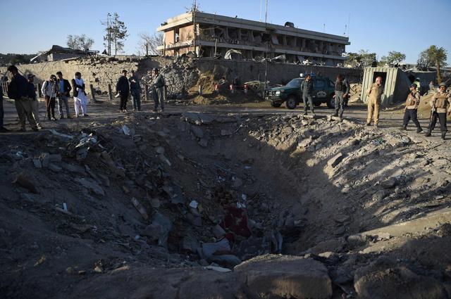 5月31日、爆発で大きな穴が開いたカブールのテロ現場=AFP時事