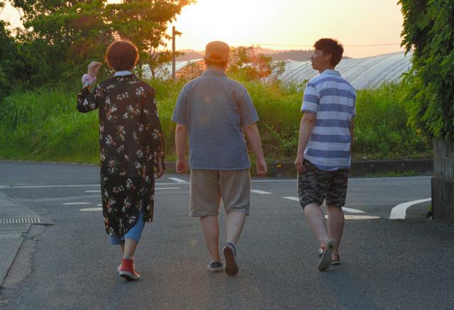 おしゃべりをしながら歩く(左から)「ジェンダーレス男子」の裕太さん、トランスジェンダーの輝さん、戸籍を男性に変更した夏樹さんの3人=指宿市