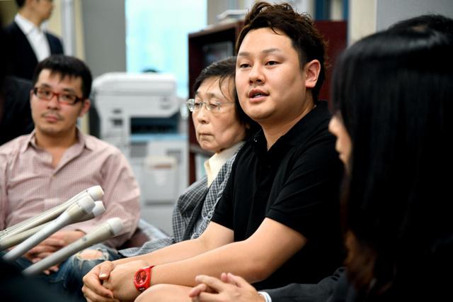 パートナーシップの宣誓を終え、会見する奥田真理さん(右から2人目)=1日午前、札幌市役所、白井伸洋撮影