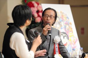 くらもちふさこさん(左)と対談する秋本治さん=5月31日、東京都中央区、金川雄策撮影