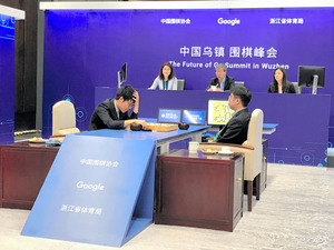 「アルファ碁」に敗れ、頭を抱える柯潔九段(左)。右はアルファ碁の打ち手役=5月25日、中国浙江省烏鎮