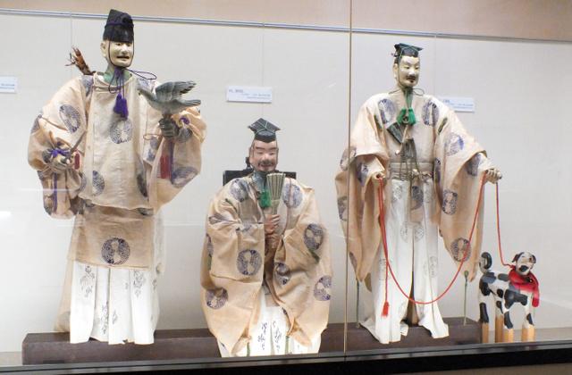 鷹山のご神体人形。左から鷹遣、樽負、犬遣=上京区の京都市歴史資料館