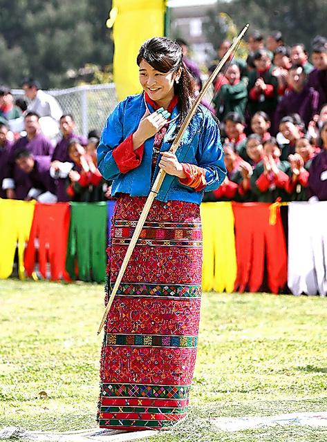 伝統弓技の試射を成功させ、観客から拍手を受ける眞子さま=3日、ティンプーの国立弓技場、
