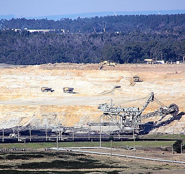 ヤルーン火力発電所の隣にある炭鉱。大きなダンプカーが褐炭を運び出していた
