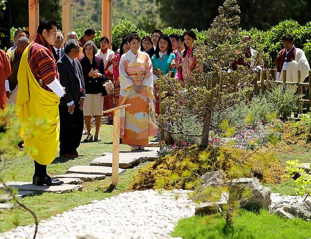 「ブータン花の博覧会」で日本庭園を視察する秋篠宮家の長女眞子さま=4日、ティンプーの国立祈祷仏塔、代表撮影