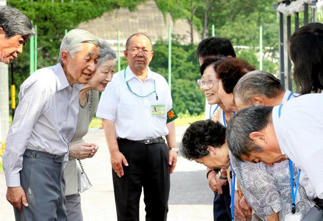 仮設住宅の人たちを訪ねた天皇、皇后両陛下=2012年7月、長野県栄村、朝日新聞社撮影
