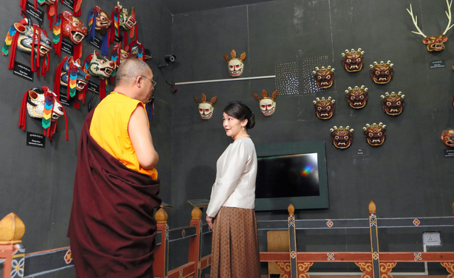 国立博物館に展示された伝統的な仮面を見学する眞子さま=5日、ブータン・パロ、代表撮影