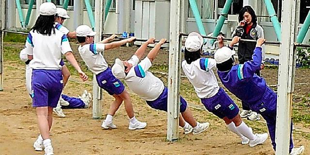 福井県永平寺町内の小学校では、業間体育に斜め懸垂を採り入れている=福井県教育庁提供