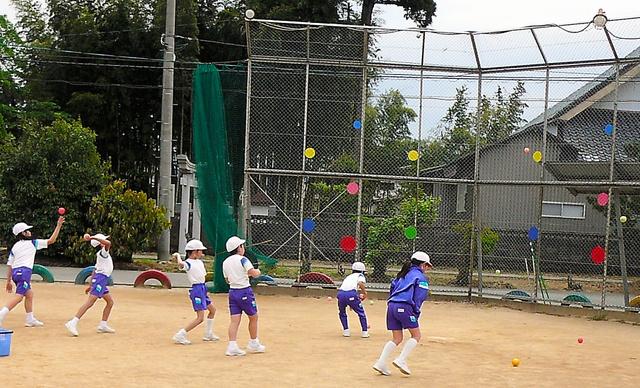 福井県永平寺町内の小学校では、業間体育にボールを投げて的に当てるゲームを採り入れている=福井県教育庁提供