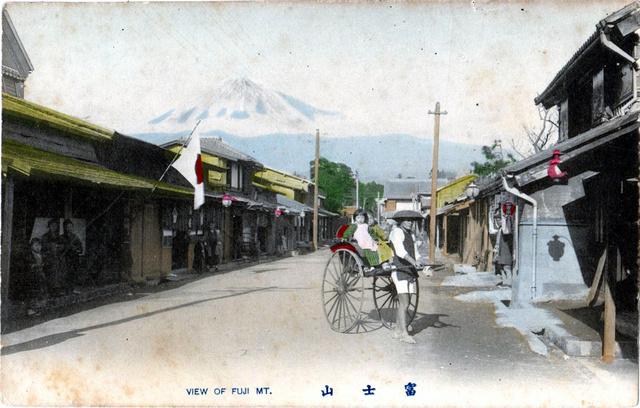明治末期と思われる吉原宿を写した絵はがき。突き当たりに写った金物店は現在も営業している=市川さん提供