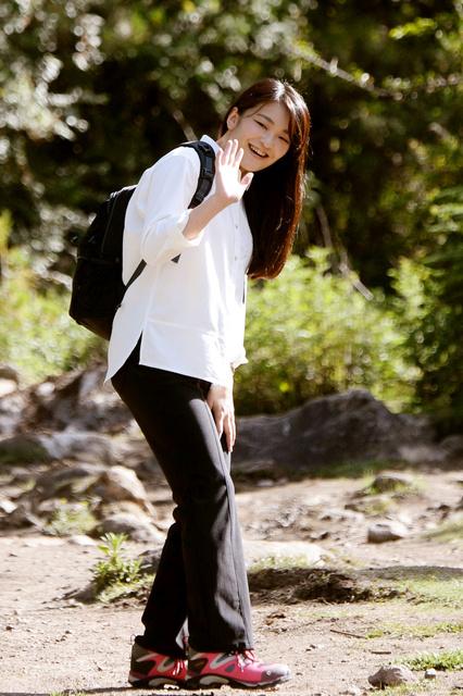 タクツァン寺院に向かう際、手を振る秋篠宮家の長女眞子さま=6日、ブータン・パロ、北村玲奈撮影