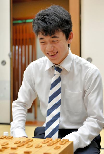 公式戦連勝記録を23に伸ばし、笑顔を見せる藤井聡太四段=7日午後、大阪市福島区、加藤諒撮影