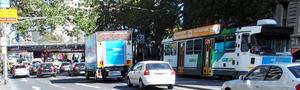交通量が多いメルボルン中心部。路面電車も走る=友野賀世撮影