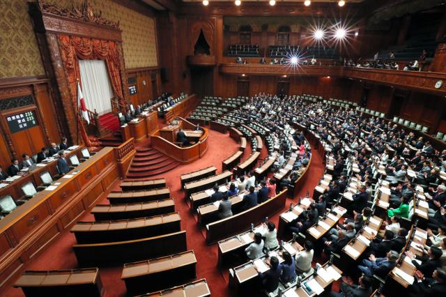 参院本会議で、天皇陛下の退位を実現する特例法が可決、成立した=9日午前10時12分、岩下毅撮影