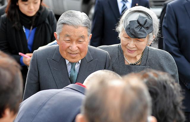 仮設住宅で暮らす住民に声をかける天皇、皇后両陛下=2016年3月、福島県三春町