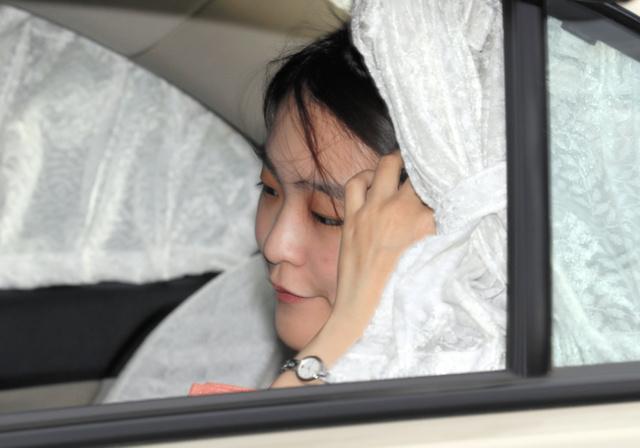 天皇、皇后両陛下にブータン公式訪問からの帰国のあいさつをするため、皇居に入る眞子さま。車の窓から風が吹き込み、髪をおさえた=9日午後3時42分、東京都千代田区、西畑志朗撮影