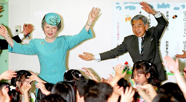 「こどもの日」にちなんで訪問した保育園で、園児たちとリズム体操をする天皇、皇后両陛下=2001年5月、東京都品川区