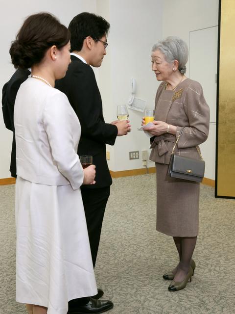 日本リウマチ財団の創立30周年記念レセプションに出席し、参加者と懇談する皇后陛下=11日午後、東京・丸の内、代表撮影