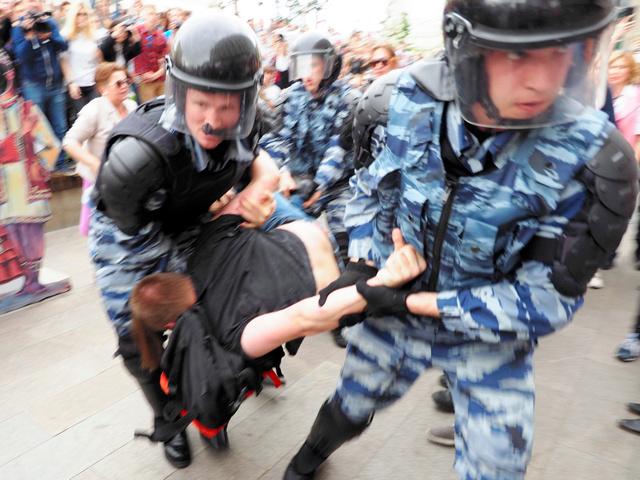 反政権デモの現場で、警察の特殊部隊に身柄を拘束される若者=12日、モスクワ、駒木明義撮影