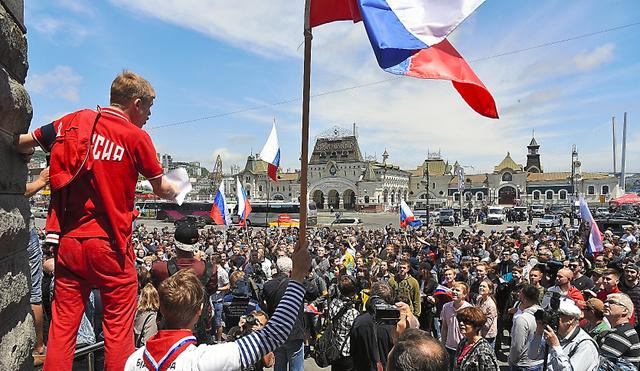 ウラジオストクの広場には300人以上が集まり、「我々は沈黙しない」「プーチンは泥棒」などと政府批判を叫んだ=12日、ウラジオストク、中川仁樹撮影