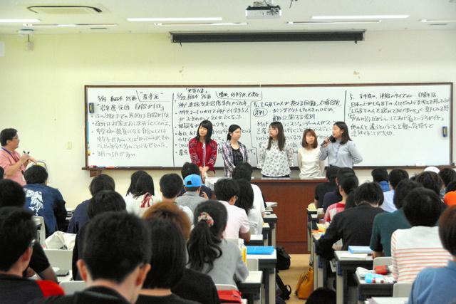 意見を発表する学生ら=鹿児島市の鹿児島大