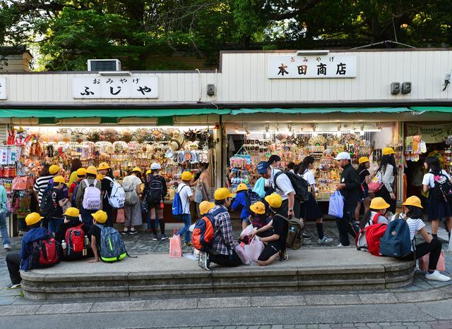 夕暮れ時、修学旅行の児童でごったがえす猿沢商店街=奈良市登大路町、滝沢美穂子撮影