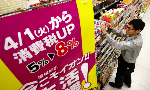 2014年春、消費税率が8%に引き上げられた前後は駆け込み需要とその反動が起きた=千葉市